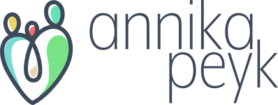 Logo von Annika Peyk bestehend aus einer Familie mit drei Personen in Herzform