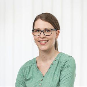 Familienberaterin Annika Peyk ist im Portrait mit pastellgrünem Oberteil fotografiert und schaut offen und freundlich frontal den Betrachter an.