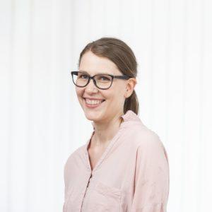 Familienberaterin Annika Peyk ist in hellrosa Bluse im Portrait zu sehen und schaut den Betrachter freundlich lächelnd an