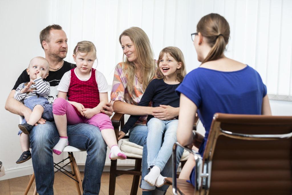 Familienberaterin Annika Peyk berät eine Familie mit drei Kindern