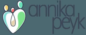 Logo von Annika Peyk bestehend aus einer Familie mit drei Personen in Herzform und dem Schriftzug des Namens Annika Peyk